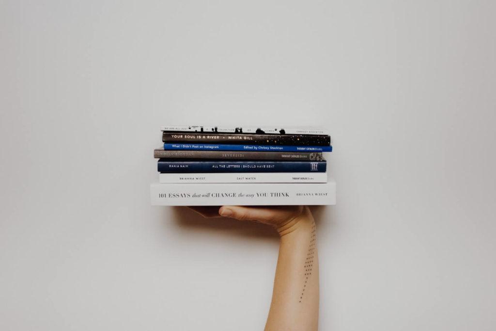 Pile de livres sur l'orientation des jeunes