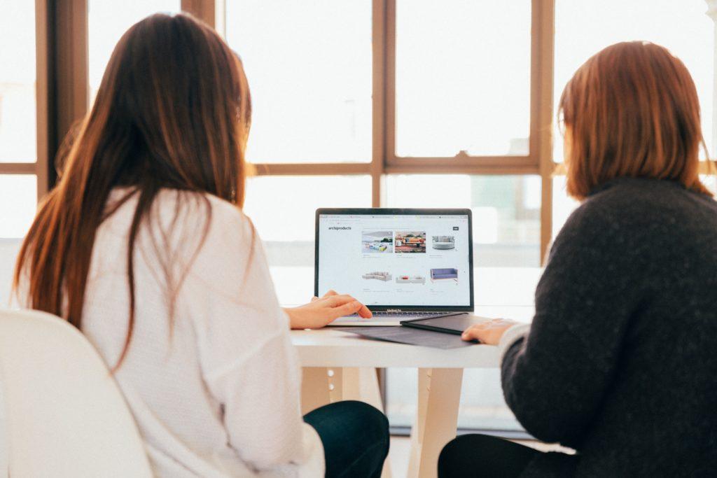 des femmes font des recherche d'orientation scolaire sur un ordinateur