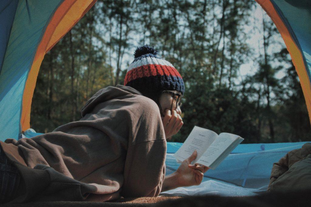 que faire pendant les vacances : lire en camping
